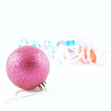 Bola do Xmas com fitas Fotografia de Stock