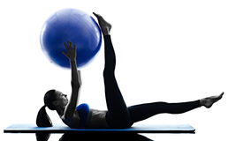 A bola dos pilates da mulher exercita a aptidão isolada Fotografia de Stock