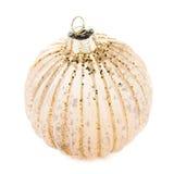Bola dourada do Natal isolada no fundo branco, dezembro festivo Imagem de Stock