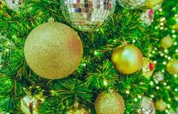 Bola dourada do Natal na árvore de Natal Fotografia de Stock