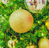 Bola dourada do Natal na árvore de Natal Imagens de Stock Royalty Free