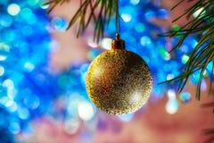 Bola dourada no fundo azul Imagem de Stock Royalty Free
