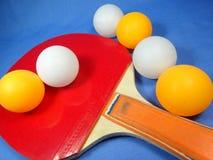 Bola e bastão de tênis de mesa Fotos de Stock Royalty Free