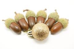 Bola e bolotas douradas do Natal Imagens de Stock
