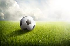 Bola e campo de futebol foto de stock royalty free