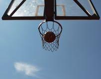 Bola e cesta do basquetebol Foto de Stock Royalty Free