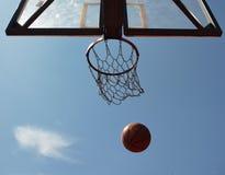 Bola e cesta do basquetebol Fotografia de Stock