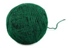 Bola e hilo finos verdes naturales, primer aislado de las lanas de la macro del ovillo Fotos de archivo libres de regalías