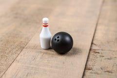 Bola e pinos de boliches do brinquedo Fotografia de Stock Royalty Free