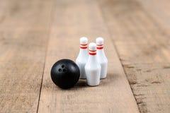 Bola e pinos de boliches do brinquedo Imagem de Stock