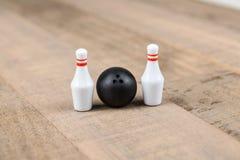 Bola e pinos de boliches do brinquedo Fotos de Stock Royalty Free