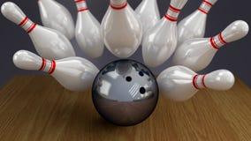 Bola e pinos de bowling no momento do impacto da greve Fotografia de Stock Royalty Free