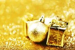 Bola e presentes do Natal Fotos de Stock