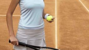 Bola e raquete da terra arrendada do jogador de tênis da mulher, estilo de vida saudável e passatempo dos esportes fotos de stock royalty free