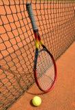 Bola e raquete de tênis Fotografia de Stock Royalty Free