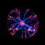 Bola eléctrica del plasma en fondo negro foto de archivo