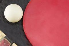 A bola em raquetes de tênis de mesa fecha-se acima Imagem de Stock Royalty Free