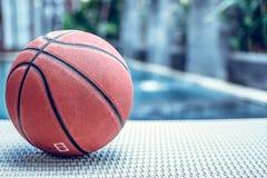 Bola em um fundo da piscina, cena tropical do basquetebol do esporte Imagem de Stock Royalty Free