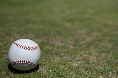 Bola en campo de béisbol foto de archivo libre de regalías