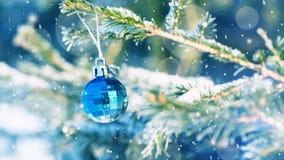 Bola en el árbol de navidad en la nieve almacen de video