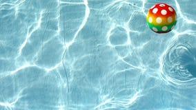 Bola en el agua almacen de metraje de vídeo