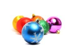 Bola en el fondo de otras decoraciones de la Navidad Imagen de archivo libre de regalías