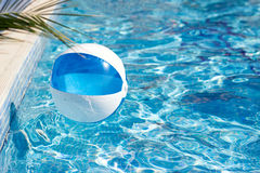 Bola en la piscina Fotos de archivo libres de regalías