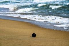 bola en la playa foto de archivo