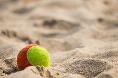 Bola en la playa del mar foto de archivo libre de regalías