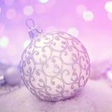 Bola en Navidad Bokeh de la guirnalda púrpura Foto de archivo libre de regalías