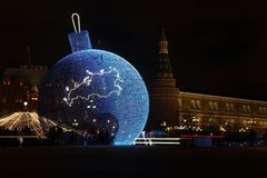 Bola enorme de la Navidad en las luces coloreadas en el centro de Mosco Imagen de archivo