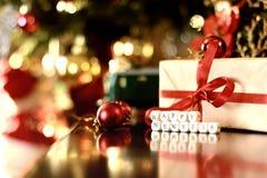 Bola entonada retra de la Navidad del regalo Fotografía de archivo libre de regalías