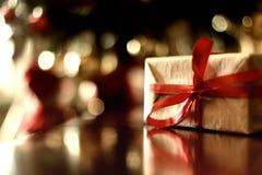 Bola entonada retra de la Navidad del regalo Foto de archivo
