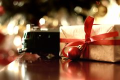Bola entonada retra de la Navidad del regalo Fotografía de archivo