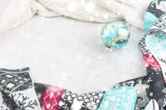 Bola escandinava de la Navidad de la bufanda del capítulo de la composición de la Navidad Fotografía de archivo libre de regalías