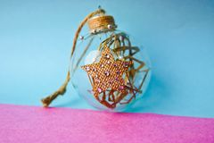 Bola festiva de la Navidad de la pequeña de la ronda del vintage Navidad decorativa elegante hecha en casa transparente de crista imagen de archivo