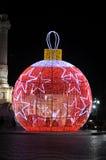 Bola gigante de Navidad del rojo con las estrellas blancas Imagen de archivo libre de regalías