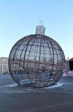 Bola grande de la Navidad en una calle de Moscú con la iluminación festiva Fotografía de archivo libre de regalías