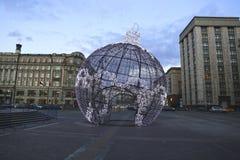 Bola grande de la Navidad en una calle de Moscú con la iluminación festiva Fotos de archivo libres de regalías