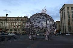 Bola grande de la Navidad en una calle de Moscú con la iluminación festiva Foto de archivo libre de regalías