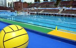 Bola grande del waterpolo delante de la piscina Fotos de archivo libres de regalías