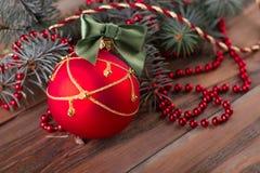 Bola, guirnalda de las gotas y rama del abeto Fotos de archivo libres de regalías