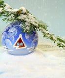 Bola hermosa de la Navidad en nieve. Imagenes de archivo