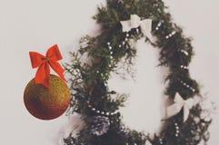 Bola hermosa de la Navidad y guirnalda adornada del árbol del thuja Imagenes de archivo