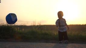 A bola inflável foi jogada para um rapaz pequeno e bateu-a fora no movimento lento filme