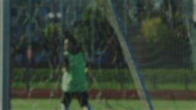 Bola inoperante e pontapé de canto pelo jogador de futebol, borrado para o fundo vídeos de arquivo