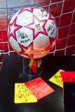 Bola la FIFA y tarjetas del árbitro imagen de archivo libre de regalías