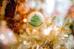 Bola linda con el árbol de abeto que adorna un árbol de navidad Imagen de archivo