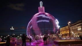 Bola luminosa en el cuadrado de Manezh en Moscú, Rusia Decoración de la Navidad de la ciudad almacen de video
