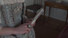 Bola medieval en el palacio de Rundale con los trajes hermosos para los turistas - estilo pasado de moda del vintage almacen de video